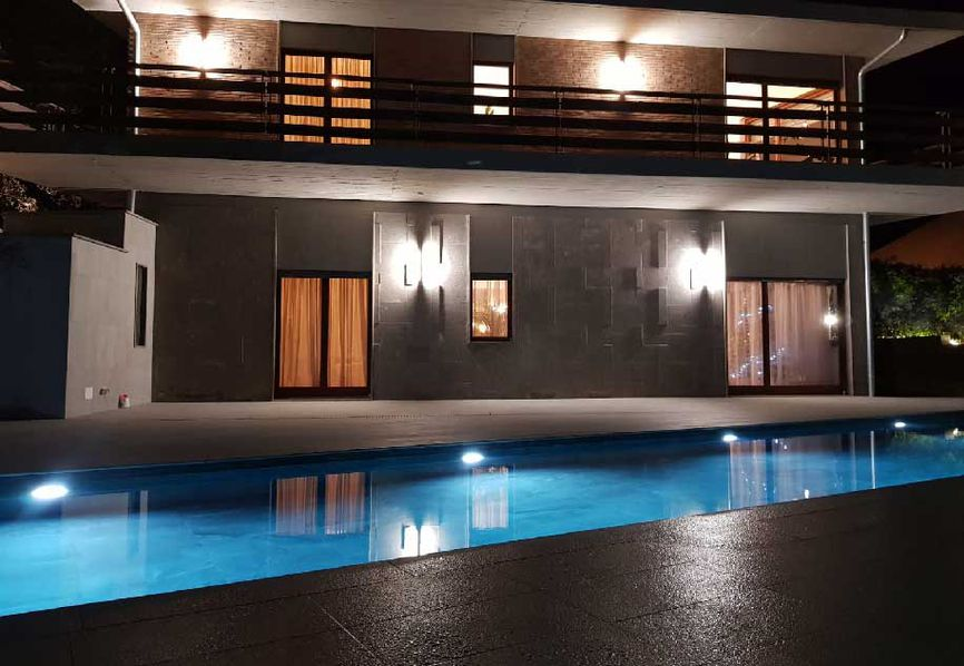 Swimming pool in Formello: light and shade effects created by stone-effect stoneware
